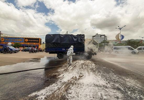 Bình Định: Xe chở dầu bất ngờ bốc cháy trên quốc lộ 1A - Ảnh 1
