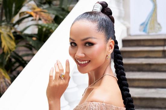 Hoa hậu H'Hen Niê khoe khả năng tự trang điểm, thần thái ngời ngời thu hút mọi ánh nhìn  - Ảnh 1
