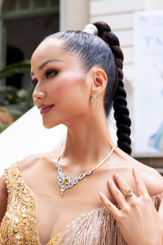 Hoa hậu H'Hen Niê khoe khả năng tự trang điểm, thần thái ngời ngời thu hút mọi ánh nhìn  - Ảnh 2