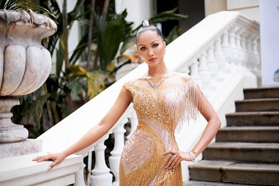 Hoa hậu H'Hen Niê khoe khả năng tự trang điểm, thần thái ngời ngời thu hút mọi ánh nhìn  - Ảnh 4