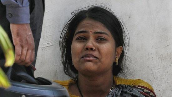 """Ấn Độ: Xót xa bệnh nhân COVID-19 cầm cự tại nhà, tự mua bình oxy ở chợ đen giá """"cắt cổ"""" - Ảnh 1"""
