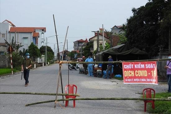 Hà Nam phong tỏa các lối ra vào của thôn có 5 ca dương tính với SARS-CoV-2 - Ảnh 1