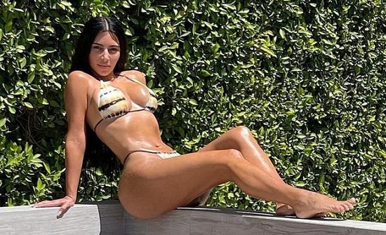 """Siêu mẫu Kim Kardashian khoe đường cong """"bốc lửa"""" trong bộ bikini nhỏ xíu bên bể bơi - Ảnh 2"""