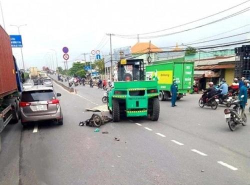 Va chạm với xe nâng, người đàn ông bị kéo lê vài mét trên đường - Ảnh 1