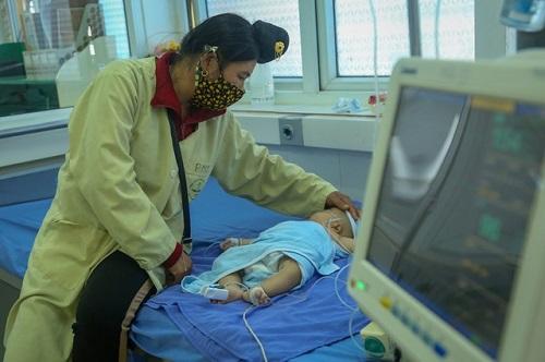 Bé gái 2 tháng tuổi tử vong ở Sơn La: Thêm nhiều trẻ khác nhập viện sau khi tiêm văc xin 5 trong 1 - Ảnh 1