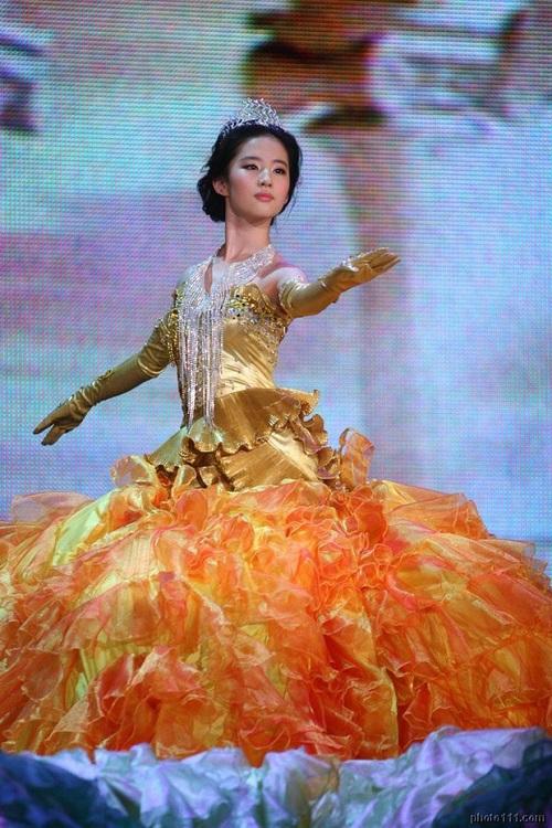 """Nhìn lại 7 """"nữ thần Kim Ưng"""" của Cbiz: Người được khen gợi cảm hết nấc, kẻ nhận chê bai thảm hại - Ảnh 1"""