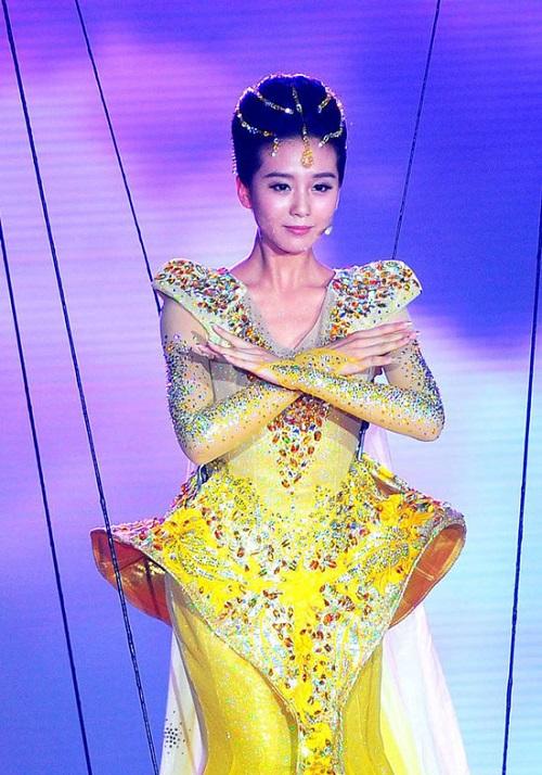"""Nhìn lại 7 """"nữ thần Kim Ưng"""" của Cbiz: Người được khen gợi cảm hết nấc, kẻ nhận chê bai thảm hại - Ảnh 4"""