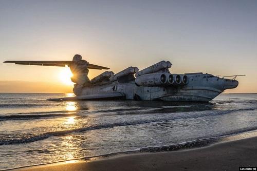 """Chiêm ngưỡng """"quái vật thời chiến"""" nặng 400 tấn trên bờ biển Nga - Ảnh 2"""