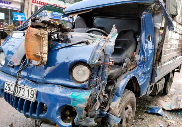 Hà Nội: Va chạm xe đầu kéo, tài xế xe tải mắc kẹt trong cabin - Ảnh 1