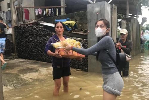 Buông lời mỉa mai, săm soi đồ Thủy Tiên mặc khi đi cứu trợ, nữ MC bị dân mạng chỉ trích dữ dội - Ảnh 4