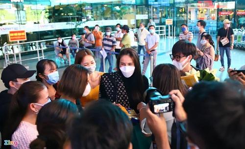 Ca sĩ Thủy Tiên đáp chuyến bay về TP.HCM sau 6 ngày cứu trợ người dân vùng lũ - Ảnh 2