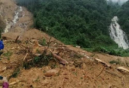 Quảng Bình: Núi lở, trạm bảo vệ Lâm trường Trường Sơn bị vùi lấp hoàn toàn - Ảnh 1