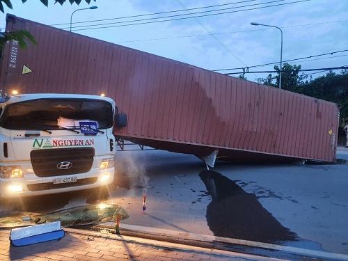 Bình Dương: Lật thùng container trong lúc quay xe, tài xế tử vong thương tâm - Ảnh 1