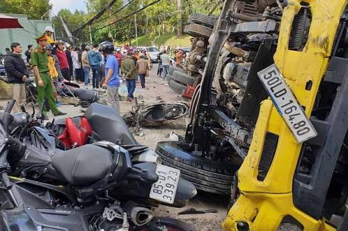 """Lâm Đồng: Xe tải """"trôi"""" tự do tông nát hàng loạt xe máy, một người bị thương - Ảnh 1"""