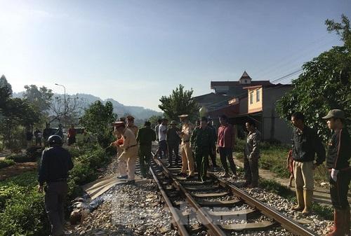 Lạng Sơn: Mải nghe điện thoại khi đi qua đường ray, người đàn ông bị tàu hỏa tông tử vong - Ảnh 1