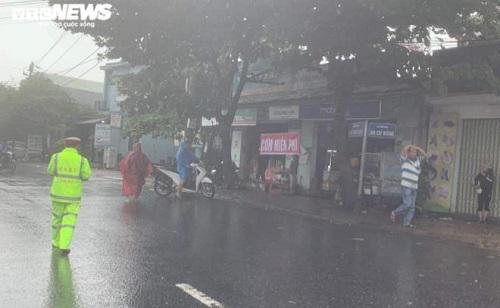 CSGT và người dân phát cơm, nước miễn phí cho hàng ngàn người mắc kẹt trên quốc lộ 1A  - Ảnh 2