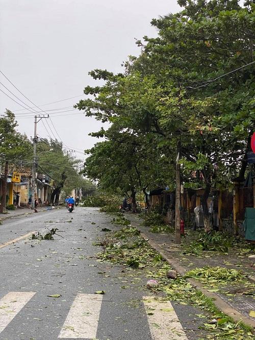 Xót xa khung cảnh phố cổ Hội An tan hoang, xơ xác sau khi bão số 9 đi qua - Ảnh 5