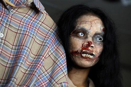 """""""Rợn tóc gáy"""" cô gái Thái Lan hóa trang thành xác sống để bán đồ đặc biệt, ai thấy cũng hoảng hồn - Ảnh 2"""
