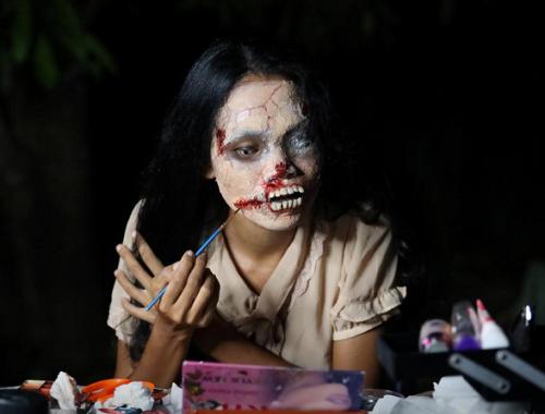 """""""Rợn tóc gáy"""" cô gái Thái Lan hóa trang thành xác sống để bán đồ đặc biệt, ai thấy cũng hoảng hồn - Ảnh 4"""