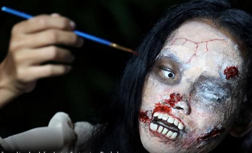 """""""Rợn tóc gáy"""" cô gái Thái Lan hóa trang thành xác sống để bán đồ đặc biệt, ai thấy cũng hoảng hồn - Ảnh 3"""