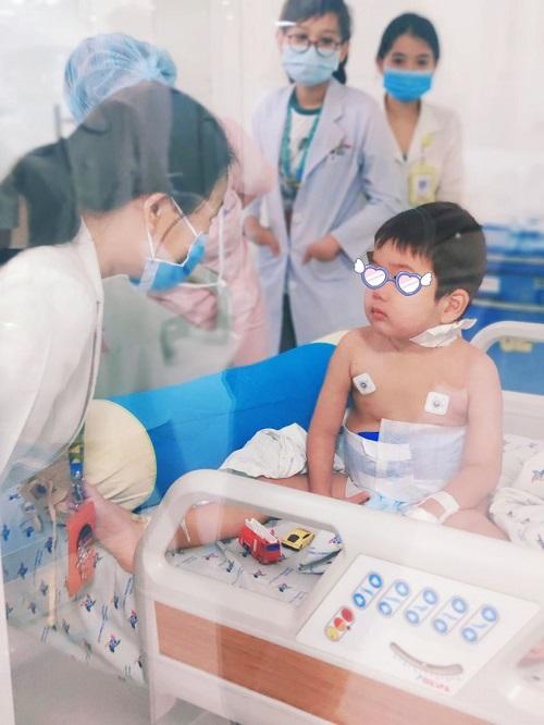 Bé trai mắc hội chứng thực bào máu hiếm gặp được cứu sống ngoạn mục - Ảnh 1
