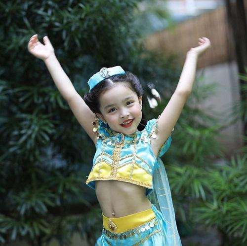 """Hóa thân thành công chúa, con gái mỹ nhân đẹp nhất Philippines gây """"sốt"""" vì quá thần thái và đáng yêu - Ảnh 4"""