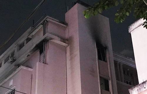 TP.HCM: Di tản hàng chục người khỏi khách sạn bất ngờ bốc cháy - Ảnh 1