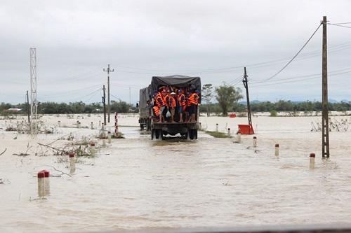 Xe công nông lật nhào xuống ruộng ngập nước, nữ sinh viên tử vong thương tâm - Ảnh 1