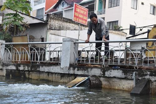 Triều cường ở TP.HCM đạt đỉnh, người dân bì bõm lội nước bì bõm giờ tan tầm - Ảnh 9