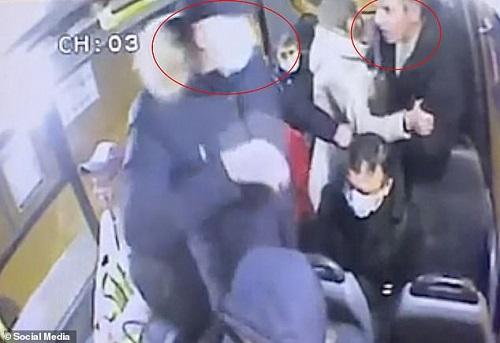 Cãi nhau với cặp đôi không đeo khẩu trang trên xe buýt, người đàn ông bị đâm tử vong - Ảnh 1