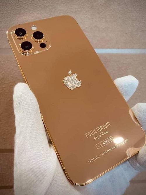 Cận cảnh phiên bản mạ vàng 18K, đính kim cương lấp lánh của iPhone 12 Pro Max - Ảnh 3