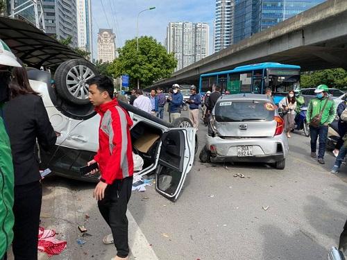 Hà Nội: Tai nạn liên hoàn trên đường Phạm Hùng, 2 người nhập viện - Ảnh 1
