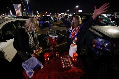 Người Mỹ tụ họp thành nhóm, phản ứng khác nhau trong lúc chờ đợi kết quả bầu cử Tổng thống Mỹ 2020 - Ảnh 11