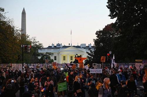 Người Mỹ tụ họp thành nhóm, phản ứng khác nhau trong lúc chờ đợi kết quả bầu cử Tổng thống Mỹ 2020 - Ảnh 12