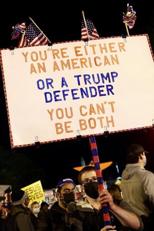Người Mỹ tụ họp thành nhóm, phản ứng khác nhau trong lúc chờ đợi kết quả bầu cử Tổng thống Mỹ 2020 - Ảnh 13