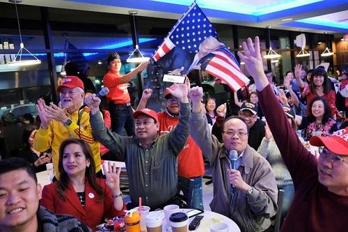Người Mỹ tụ họp thành nhóm, phản ứng khác nhau trong lúc chờ đợi kết quả bầu cử Tổng thống Mỹ 2020 - Ảnh 2