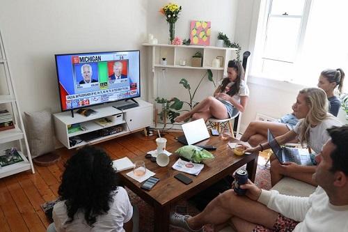 Người Mỹ tụ họp thành nhóm, phản ứng khác nhau trong lúc chờ đợi kết quả bầu cử Tổng thống Mỹ 2020 - Ảnh 4