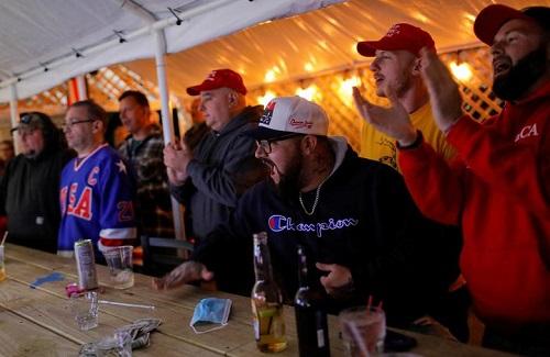 Người Mỹ tụ họp thành nhóm, phản ứng khác nhau trong lúc chờ đợi kết quả bầu cử Tổng thống Mỹ 2020 - Ảnh 5