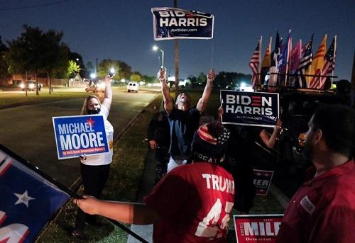 Người Mỹ tụ họp thành nhóm, phản ứng khác nhau trong lúc chờ đợi kết quả bầu cử Tổng thống Mỹ 2020 - Ảnh 9