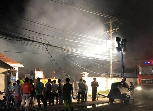Bình Dương: Nhà máy sản xuất bao bì cháy lớn, cả khu phố mất điện - Ảnh 1