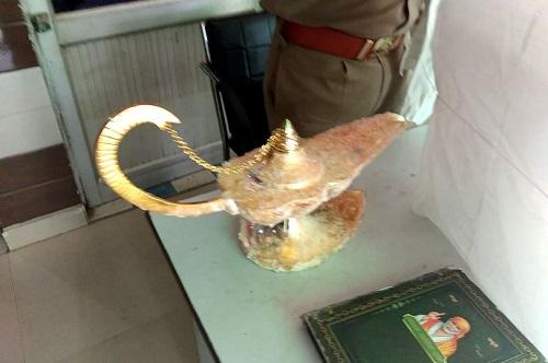 """Hí hửng tưởng mua được """"đèn thần của Aladdin"""", bác sĩ Ấn Độ bị lừa mất hơn 2 tỷ đồng - Ảnh 1"""