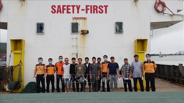Giải cứu thành công 11 người trên tàu hàng bị chìm  - Ảnh 1