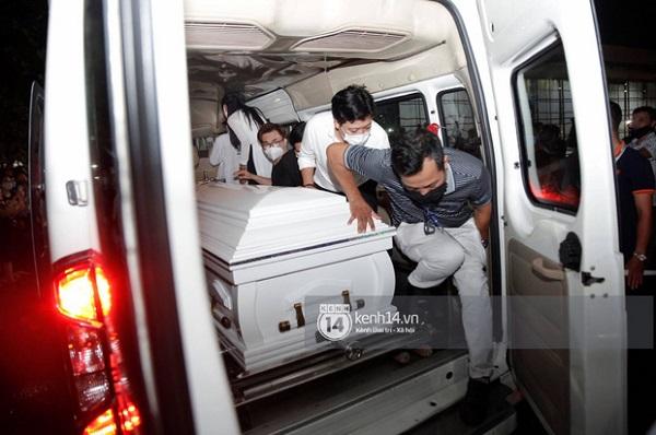 Rớt nước mắt chứng kiến cảnh linh cữu cố nghệ sĩ Chí Tài được đưa ra sân bay sang Mỹ - Ảnh 9
