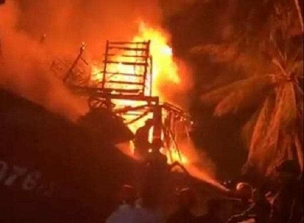 Quảng Bình: Tàu cá bất ngờ bốc cháy dữ dội trong đêm - Ảnh 1