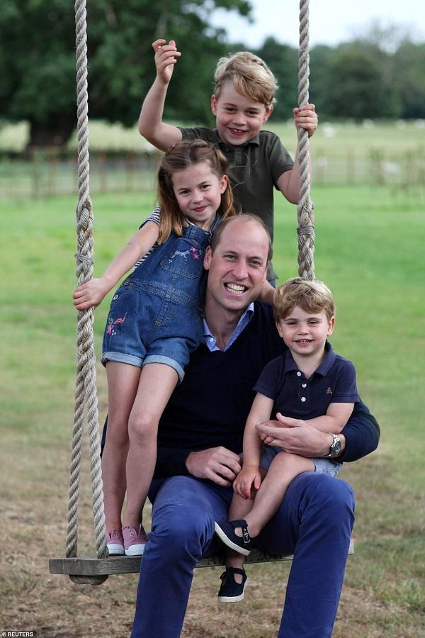 """9 bức ảnh gây bão của hoàng gia Anh: Gia đình Công nương Kate """"phủ sóng"""" - Ảnh 1"""