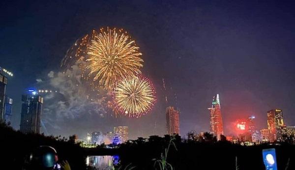 TP.HCM bắn pháo hoa đón Tết dương lịch 2021 tại 3 địa điểm - Ảnh 1