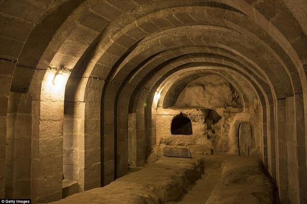 Đập tường sửa nhà, người đàn ông phát hiện cảnh tượng khó tin ẩn sâu dưới lòng đất - Ảnh 3
