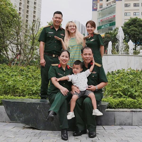 """Khoe ảnh gia đình toàn quân nhân, Hậu Hoàng nhận """"cơn mưa"""" lời khen nhờ chi tiết tinh tế - Ảnh 2"""