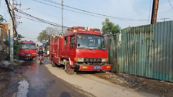 TP.HCM: Hai xưởng nhựa cháy lớn lúc sáng sớm, cột khói đen bốc cao hàng chục mét - Ảnh 2