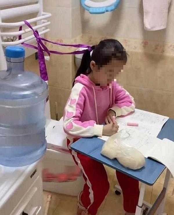 Chuyển chỗ học của con gái vào nhà vệ sinh, bà mẹ khiến cư dân mạng tranh cãi dữ dội - Ảnh 1